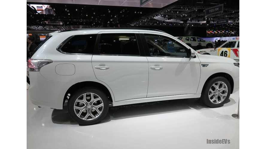 Auto Express Reviews Mitsubishi Outlander PHEV (Video)