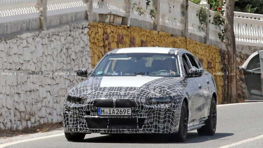 BMW i4, un esemplare camuffato fotografato in strada