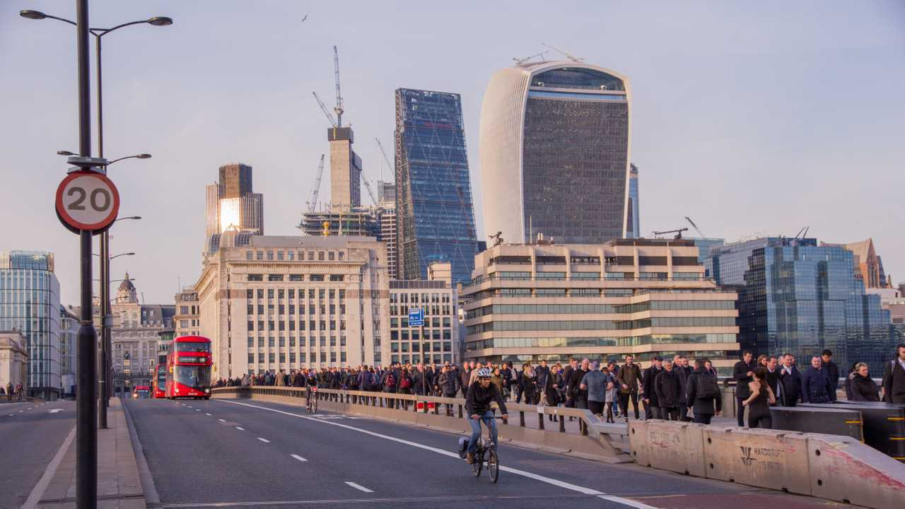 20 mph sign shown on London Bridge