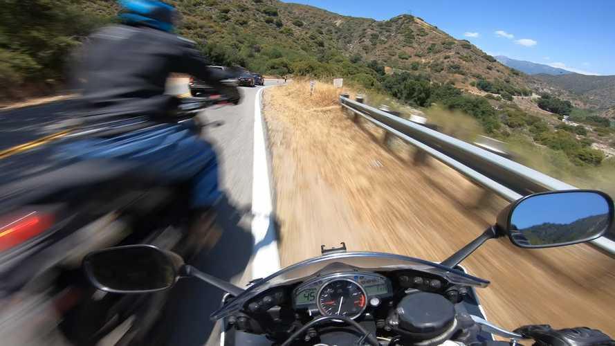 Videó: Ismét centiken múlt, hogy ne kaszálja el egymást két figyelmetlen motoros