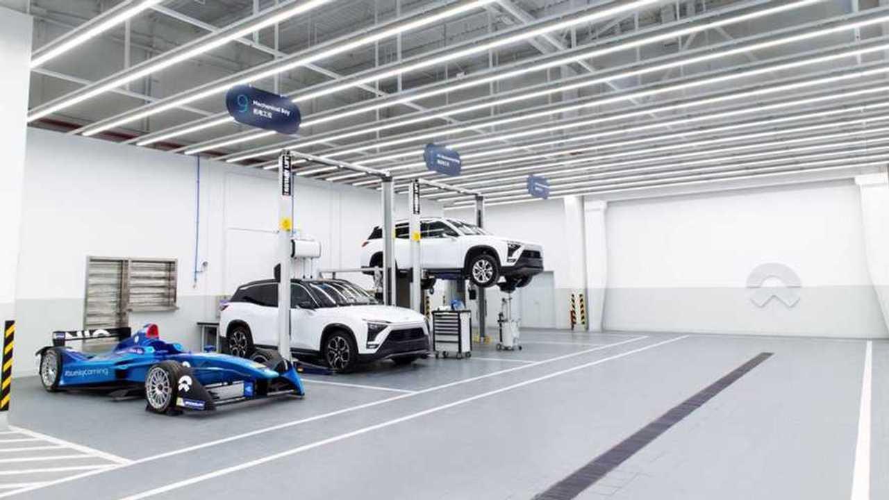 NIO открыла первый сервисный центр – напротив Tesla
