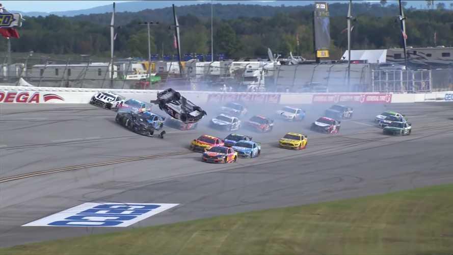 Ilyet se látni minden nap: 300 km/h feletti tökéletes szaltó a NASCARban