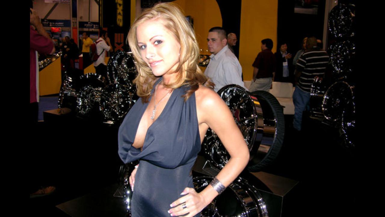 Schwer bewaffnet: Diese gut ausgerüstete Dame bewacht auf der SEMA-Show die sündteuren Tuning-Felgen