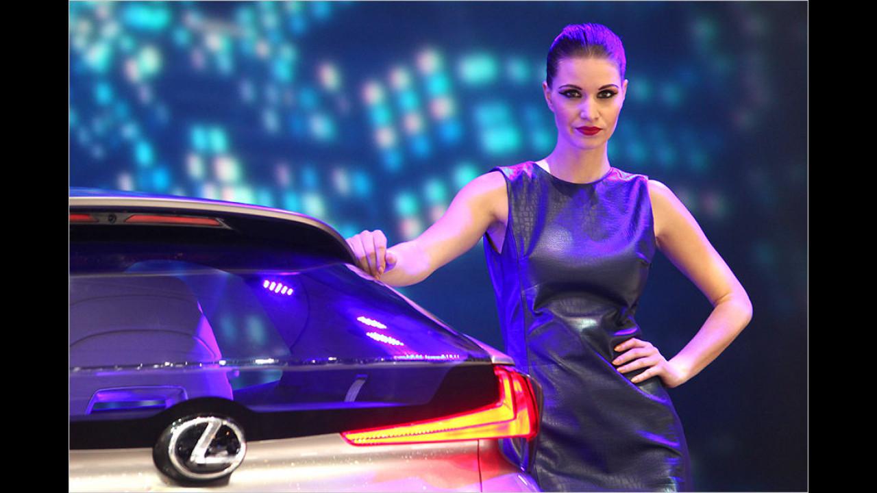 Bei Lexus schauen wir in diese drei leuchtenden Augen