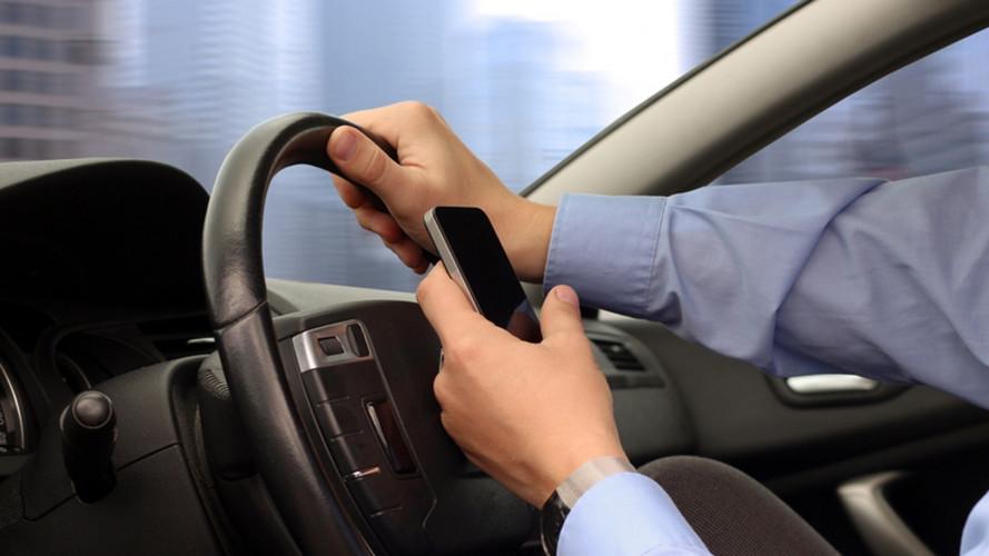 Smartphone in auto, sospensione immediata della patente
