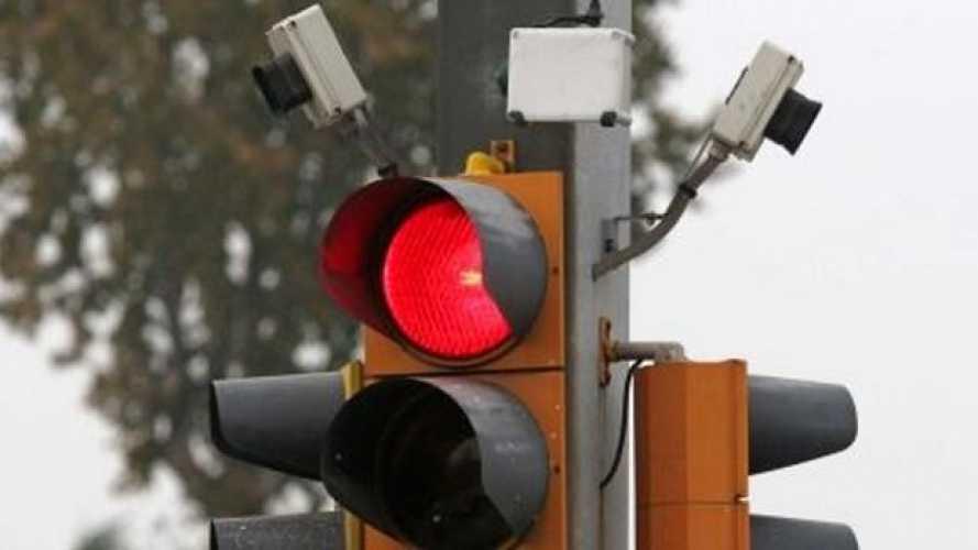 Multa al semaforo: con il ricorso per mancata taratura si paga il doppio