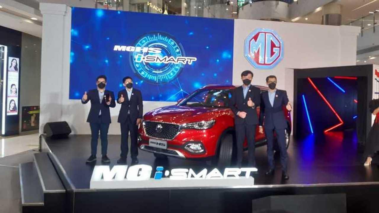 Jajaran petinggi MG Motor Indonesia memperkenalkan MG HS Magnify i-Smart 2021 di Jakarta.