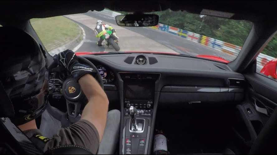 Nürburgring - Duel entre une Kawasaki ZX-10R et une 911 GT3 RS