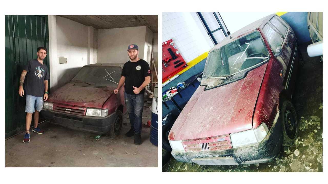 Garaje abandonado con coches de la década de 1990