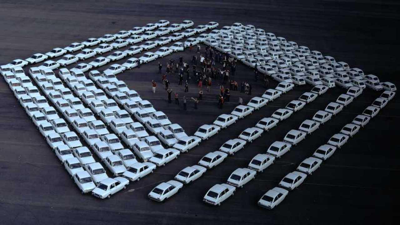 Renault-Logo, gebildet von alten Autos der Marke