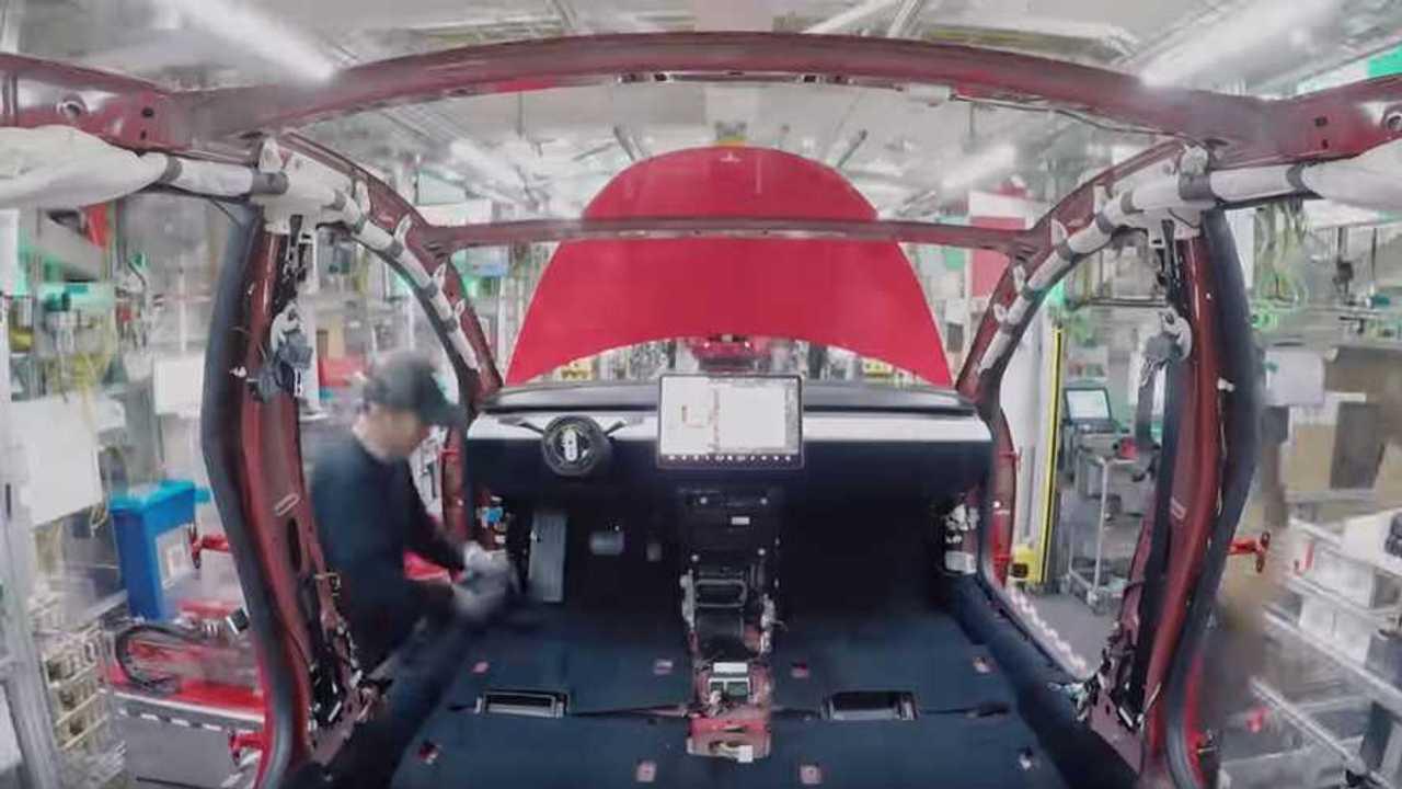 Tesla Model 3'ün Hızlandırılmış Üretim Videosundan Bir Kesit