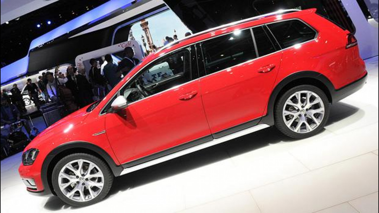 [Copertina] - Salone di Parigi: Golf Alltrack all'avventura