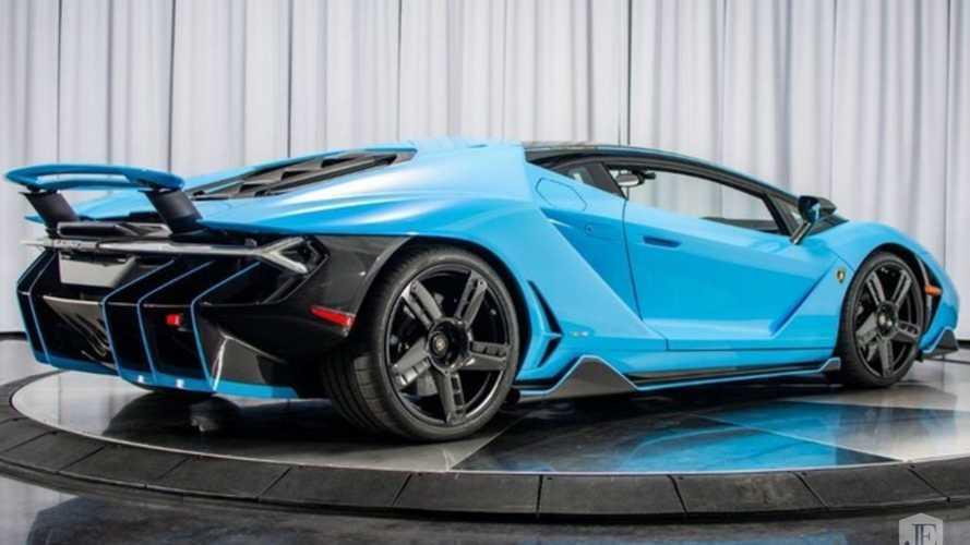 Világoskék fényezéssel keresi új gazdáját ez a Lamborghini Centenario