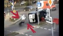 VÍDEO: Policial sai andando após ser arremessado para fora da viatura