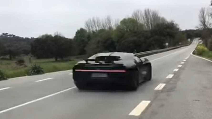 Közúton száguldottak 373 km/órával egy Bugatti Chironnal