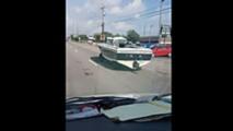 ABD Caddelerinde Yol Alan Bir Tekne