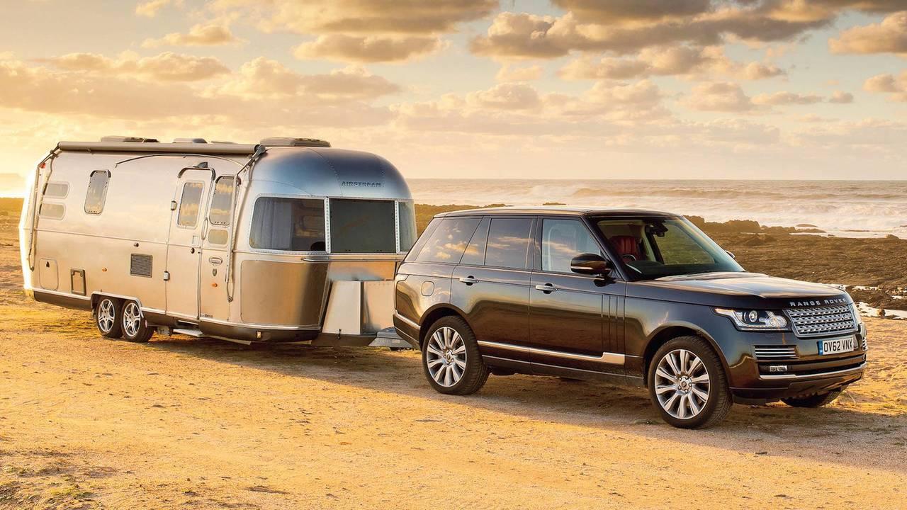 Un Land Rover Range Rover tracte une caravane Airstream sur 5915 km