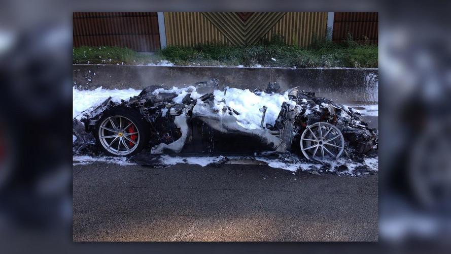 Szénné égett egy Ferrari F12tdf a német autópályán