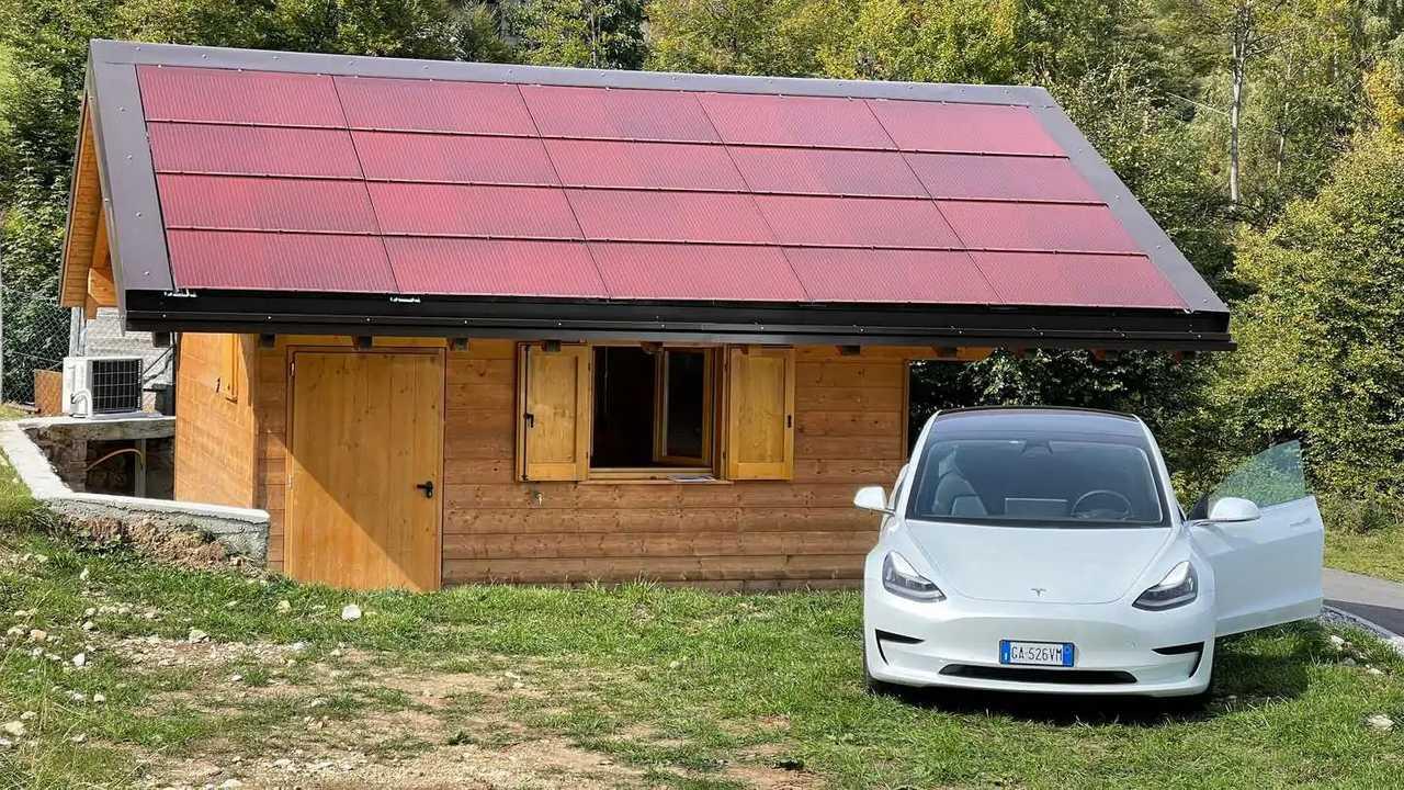Una Tesla davanti a eV-Chalet!