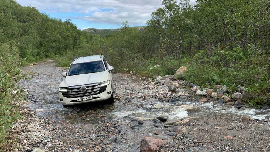 Видео: Toyota Land Cruiser 300 играючи едет по бездорожью