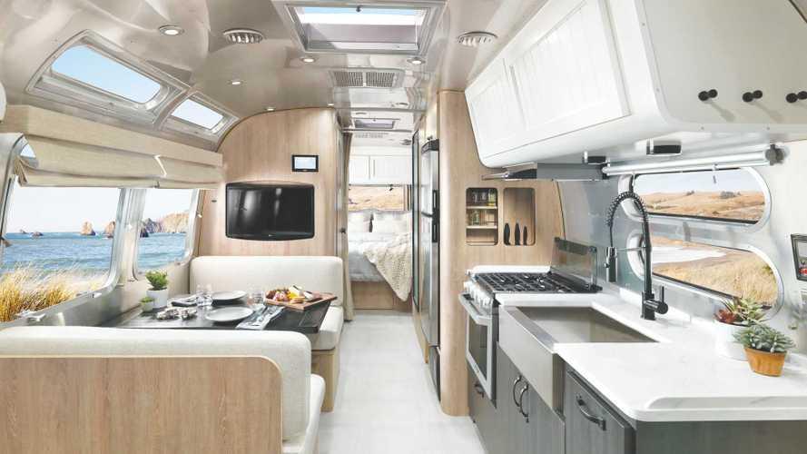 Airstream y Pottery Barn se asocian en una caravana brillante