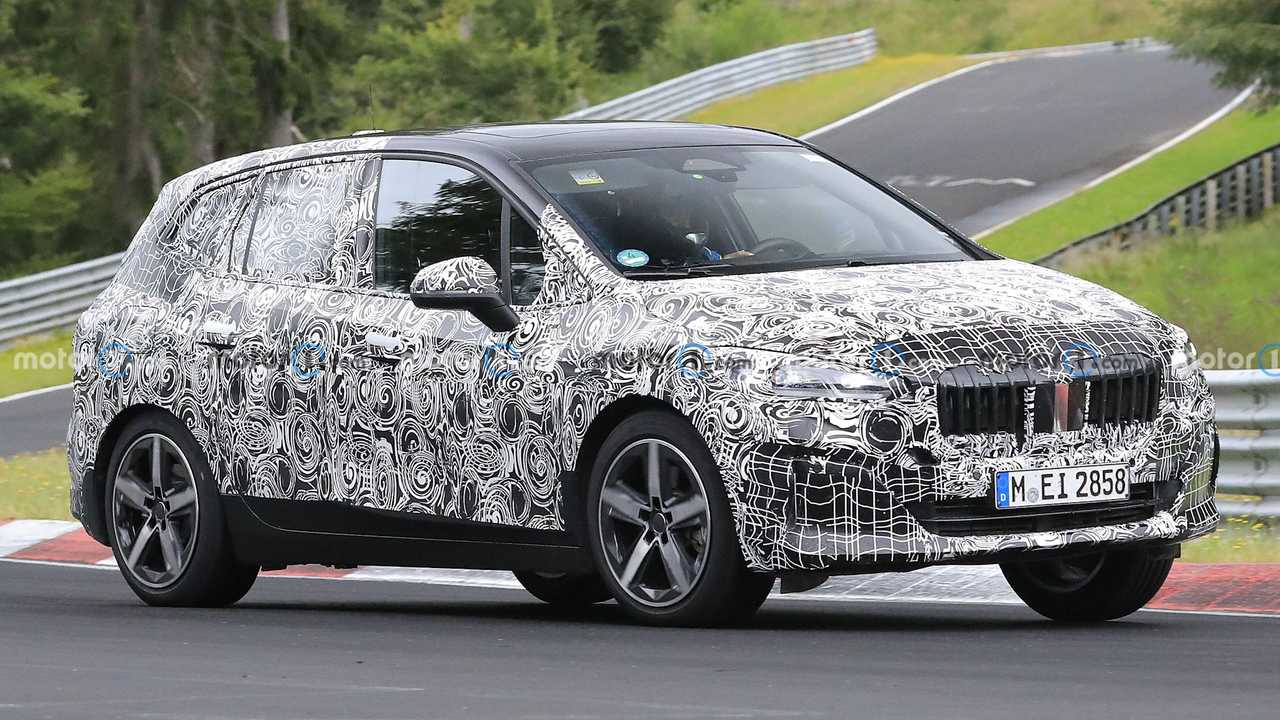 Ein Erlkönig des neuen BMW 2er Active Tourer auf dem Nürburgring
