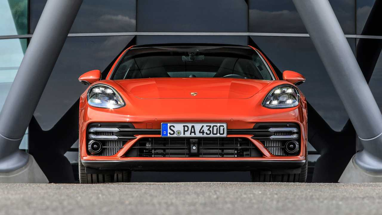 Porsche Panamera Turbo S (2021) in orange: view directly from the front