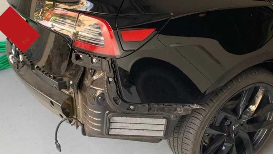 Tesla Model 3: perde il paraurti posteriore sotto la pioggia