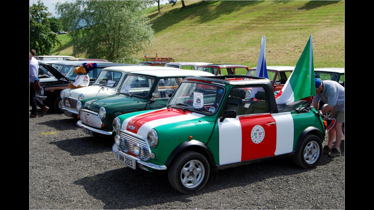 Patriotismus, ja bitte! Der Besitzer des vorderen Fahrzeugs lässt keine Fragen aufkommen, woher er stammt.