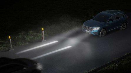 Scheinwerfer und Rückleuchten der Zukunft projizieren Informationen auf die Straße