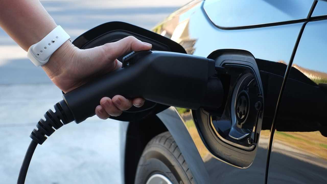 Garaj yolunda elektrikli araba şarj