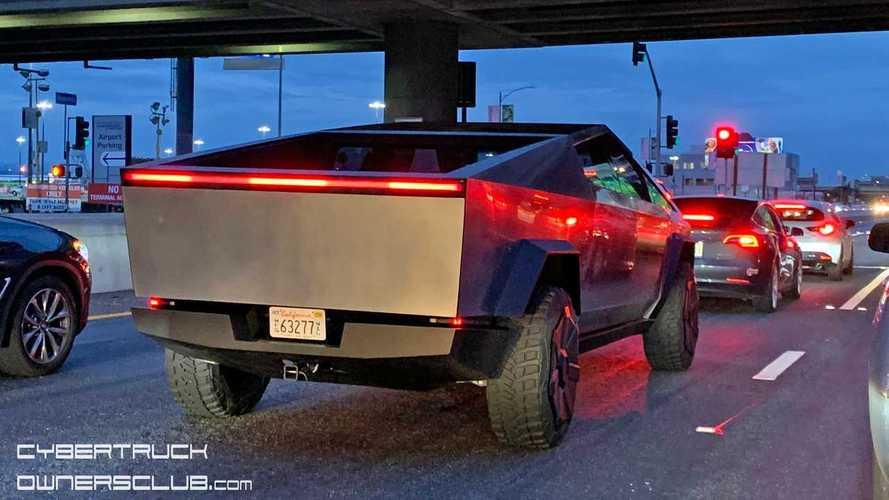 Le Tesla Cybertruck surpris de près lors d'une sortie nocturne