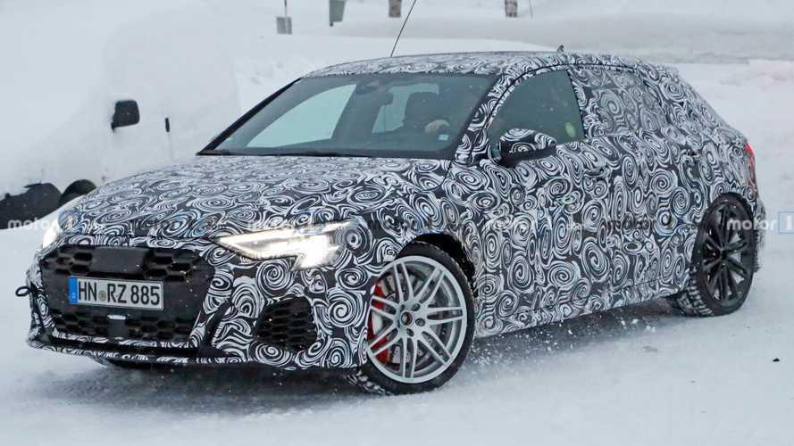 Audi RS3, kamuflajlı gövdesi ile karlar üstünde!
