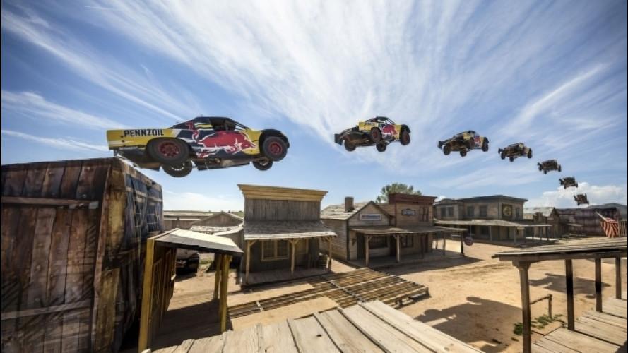 Salto record, col botto, per un truck Red Bull [VIDEO]