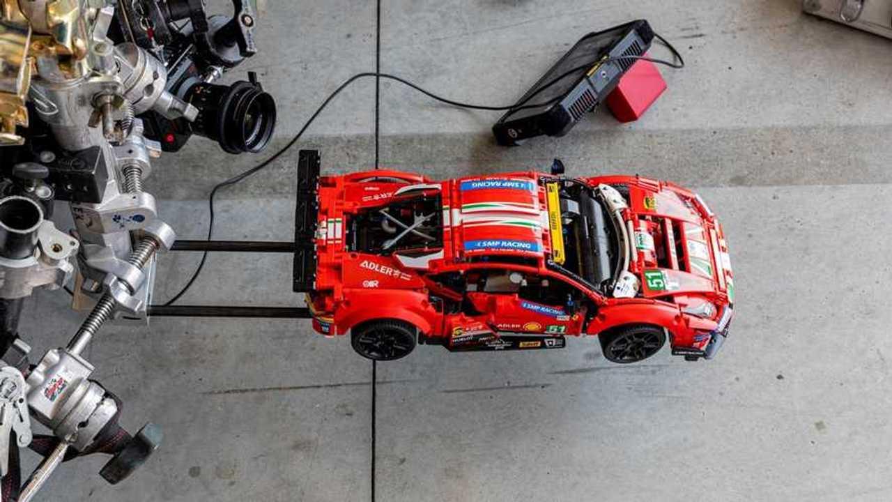 Ferrari 488 GTE Lego in pista