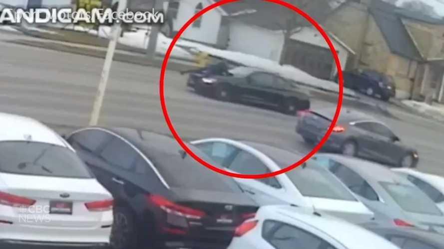 Vidéo - Il vole une BMW M4 mais le vendeur reste accroché à son capot