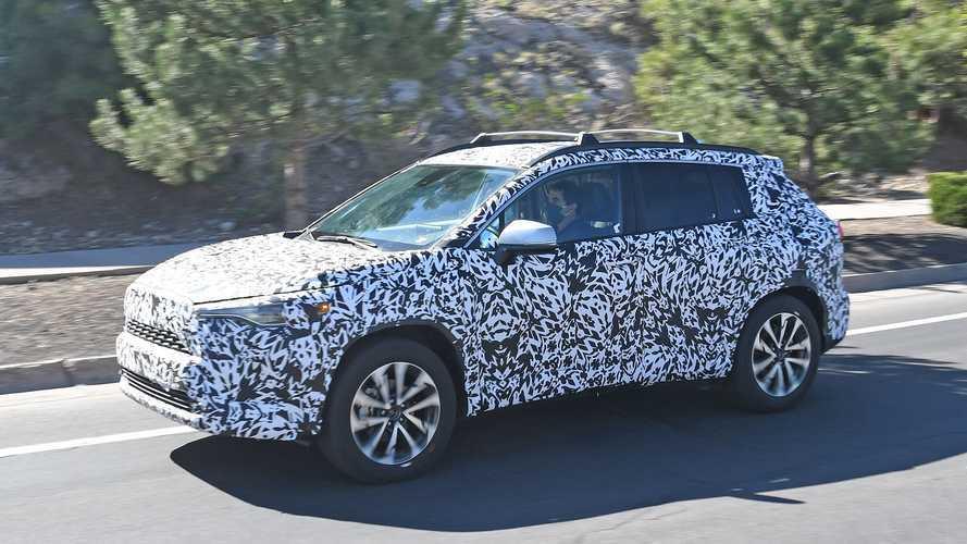 Toyota Corolla Cross, le foto spia del crossover ibrido compatto