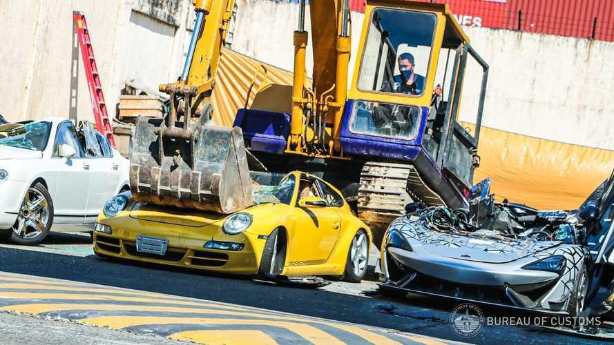 Filipinler Hükumeti, vergi kaçırılan lüks araçları parçalıyor