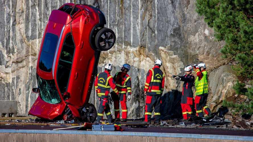 Volvo сбросила 10 машин с 30-метровой высоты (и не один раз)