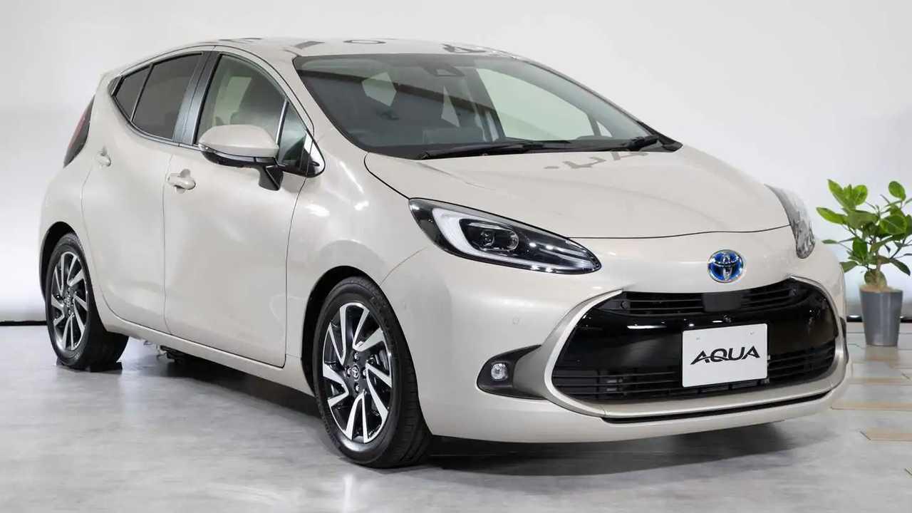 Гибридный хэтч Toyota Aqua стал полноприводным в новом поколении