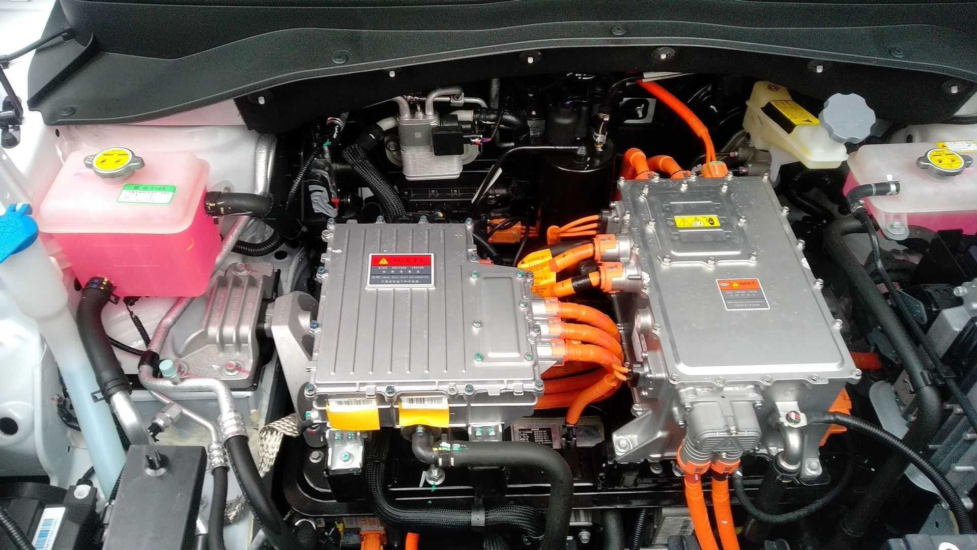 https://cdn.motor1.com/images/mgl/MNVvn/s6/jac-e-js4---test-drive-1-motor-eletrico.jpg