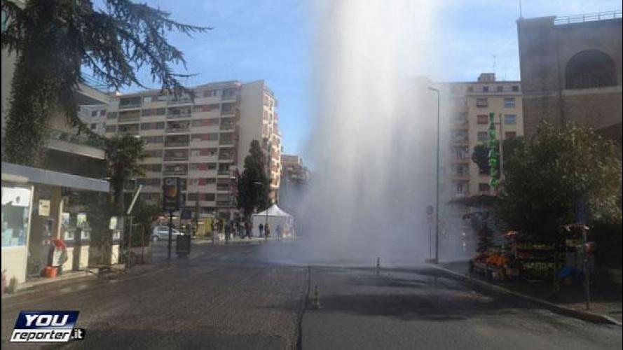 Geyser a Roma, tubatura rotta fa impazzire il traffico