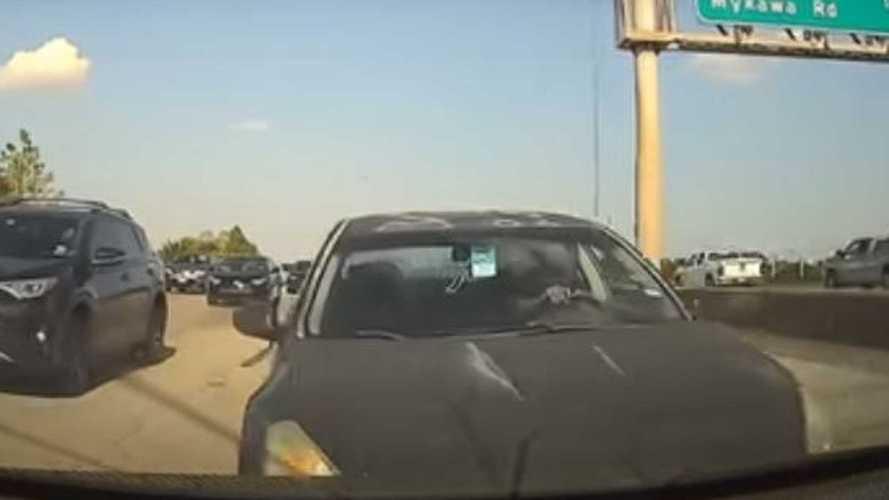 Смотрите, как мгновенный разгон электрокара позволяет избежать аварии