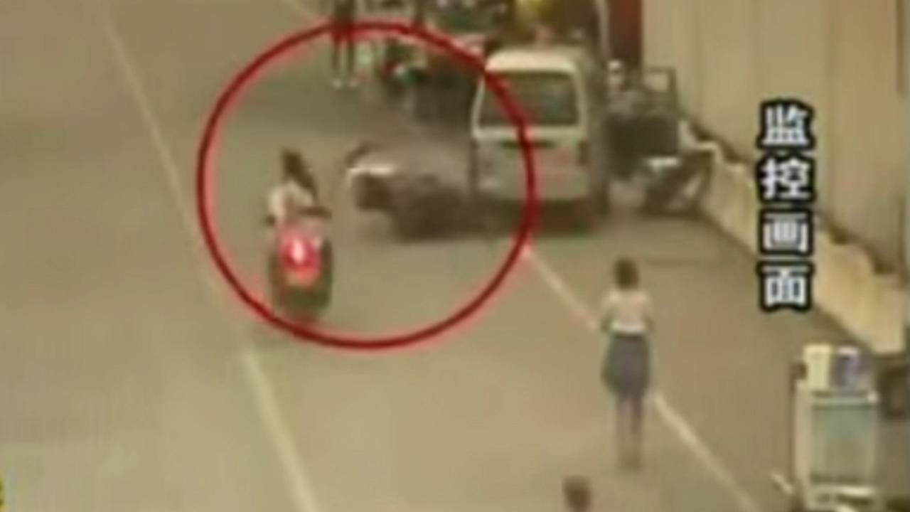Guy Sees Pretty Girl and Wrecks Scooter - Video