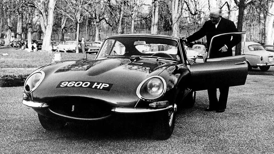 Jaguar E-Type: Firmenchef Sir William Lyons 1961 mit dem 9600 HP. Copyright JDHT