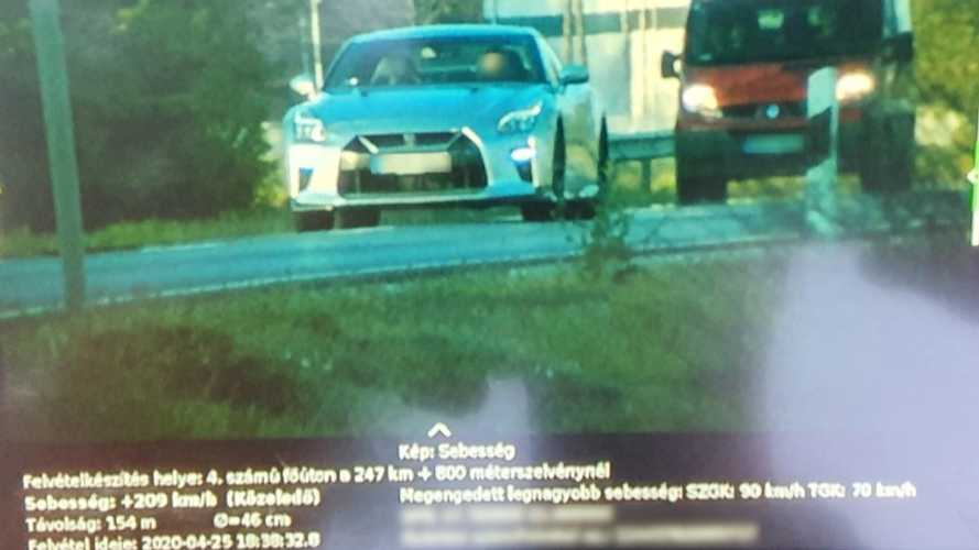 90 helyett 209 km/órával tempózott egy Nissan GT-R Téglásnál