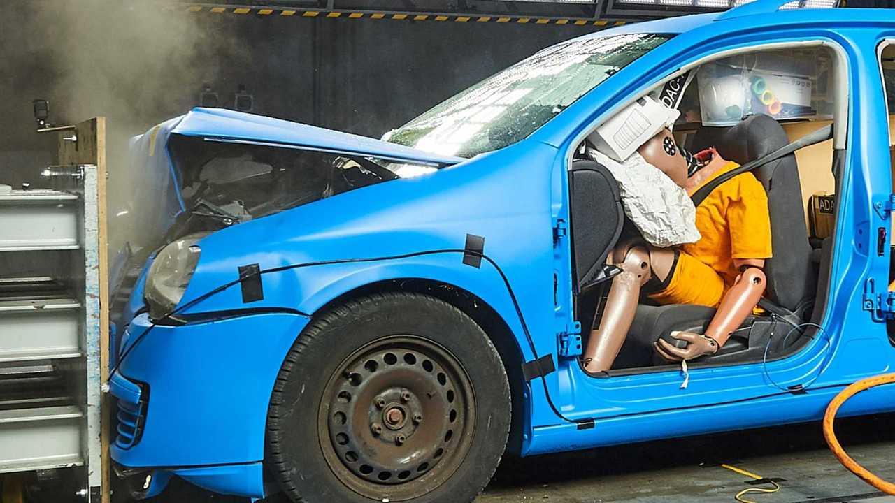 ADAC-Crashtest: Ungesicherte Ladung im Auto