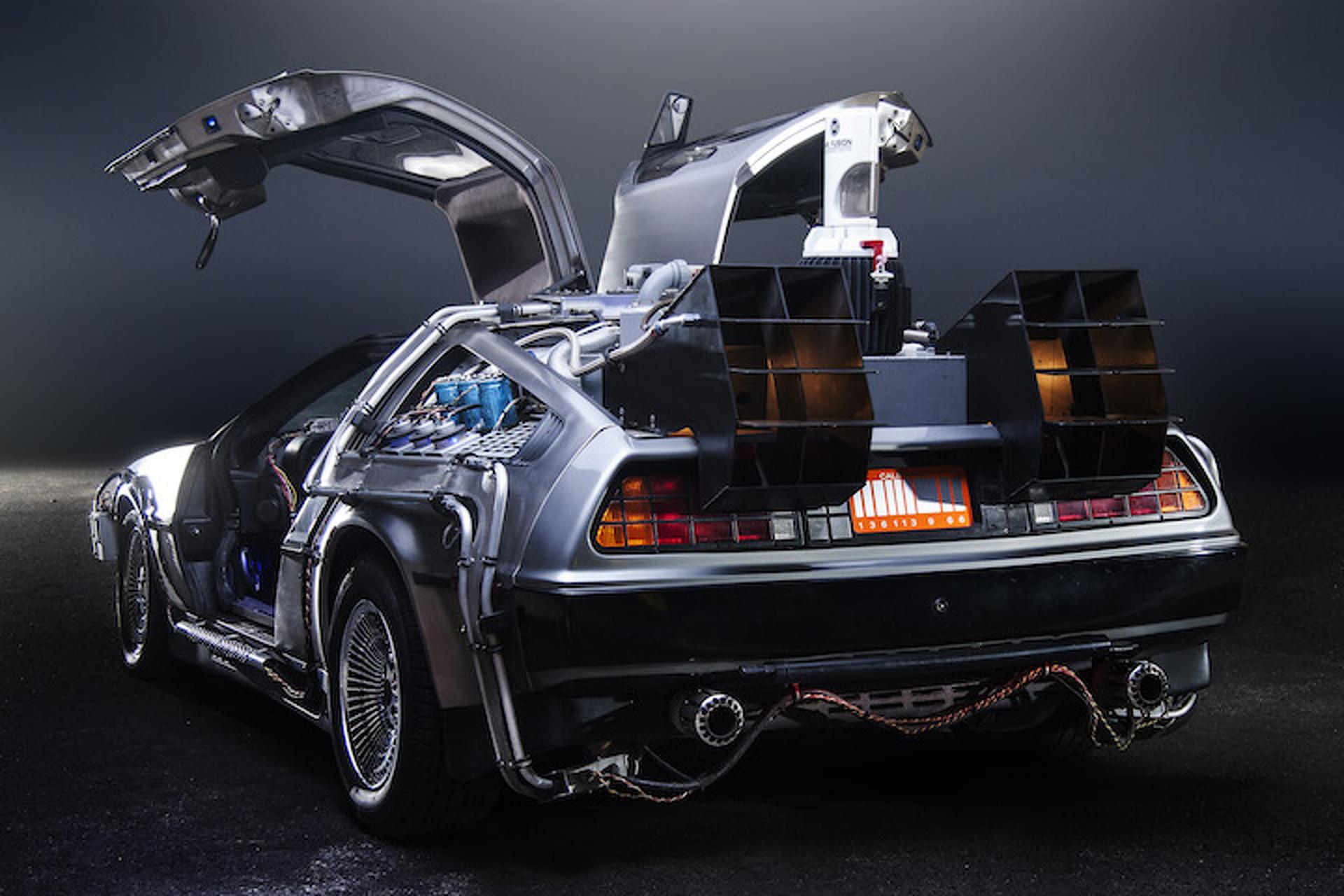 DeLorean DMC-12 1981 dari film Back to the Future.