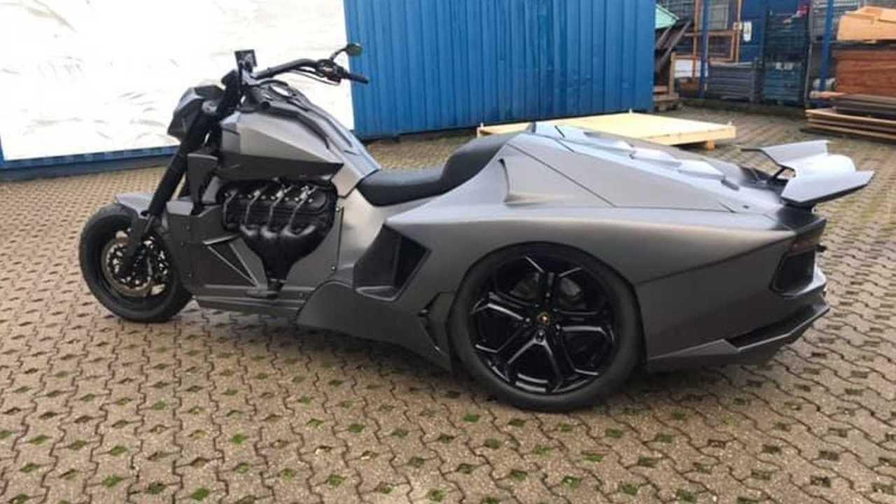 Moto con zaga de un Lamborghini