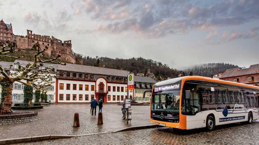 Elektro-Stadtbus Mercedes eCitaro fährt durch Heidelberg